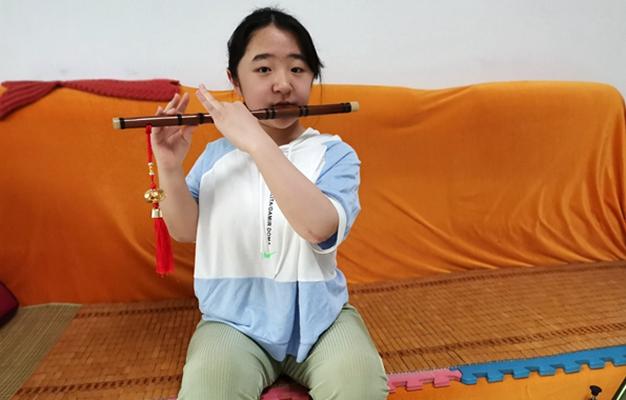 王子文在家中吹笛子.jpg
