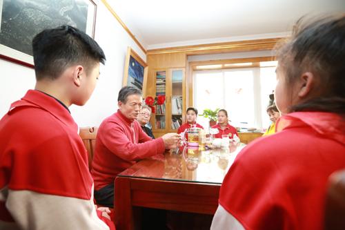 学生志愿者和公共文明引导员代表听资深志愿者张邦兴老人讲述雷锋精神和他参加志愿服务的故事。1.jpg