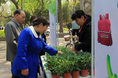 居民捐赠衣物兑换绿植.jpg