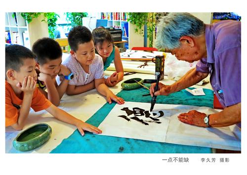 孩子们跟俱乐部成员学写书法.jpg