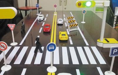 朝阳交警自助设计制造的交通模拟道路拼图玩具。(张天一摄).jpg