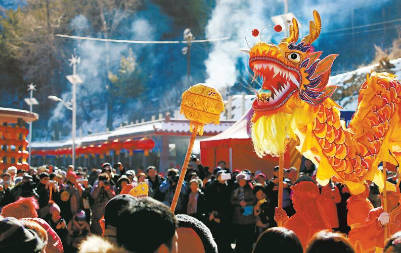 舞龙、舞狮、踩高跷等民俗表演精彩纷呈,游客在这些精彩的民俗表演中感受到浓浓的年味。.png