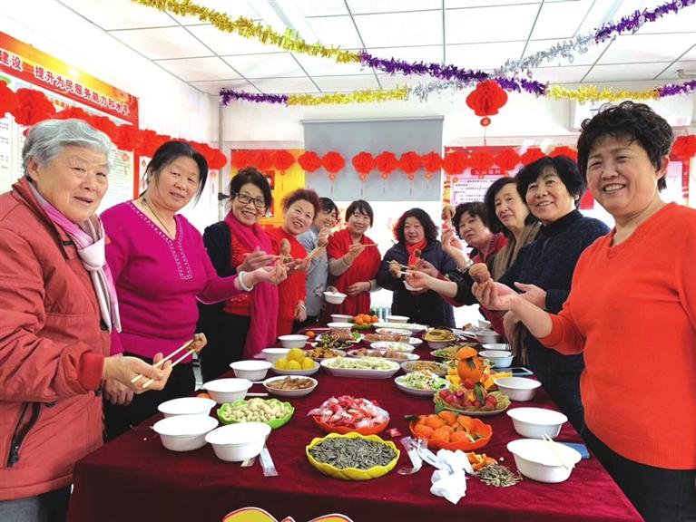 龙湖新村社区居民吃团圆饭.jpg
