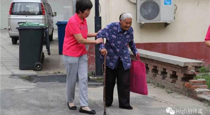 搀扶行动不便的老人回家。_副本.jpg