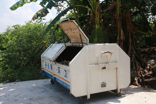 环保垃圾箱进村湾 生活过得更舒坦