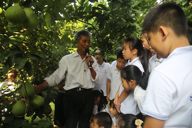 孩子们在果园听劳模讲课3.jpg