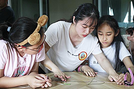 """""""南南奥利给""""青年教师志愿者开展暑期志愿服务。 (区教委供图).jpg"""