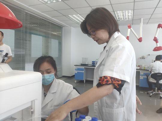 杨梅(右)在实验室。 记者 侯静 摄.jpg