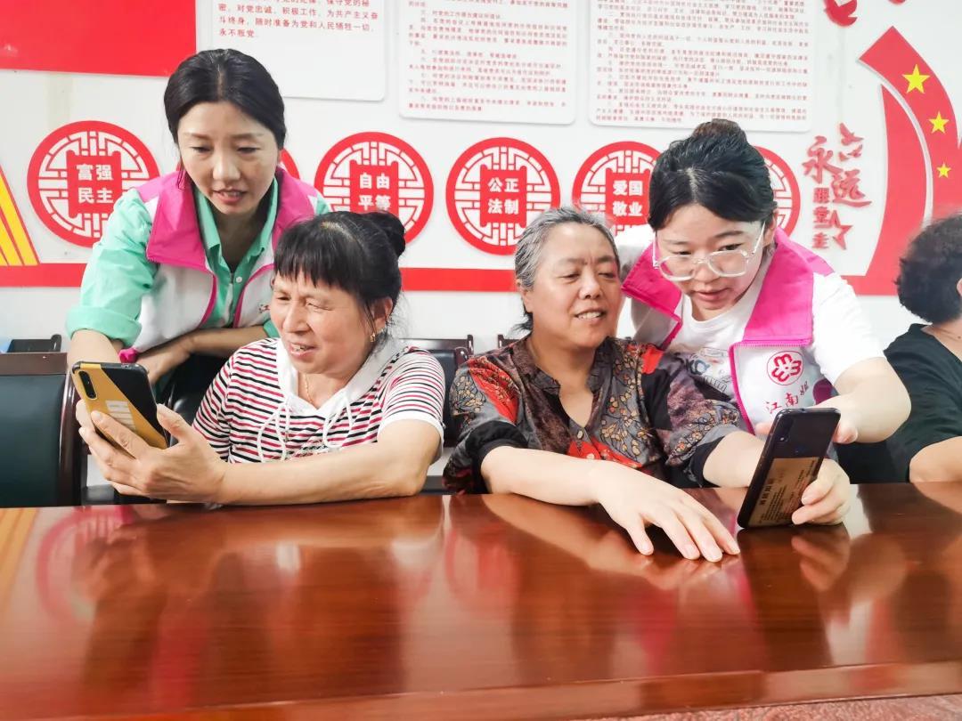 志愿者交老人使用智能手机.jpg