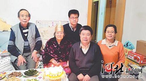 春节前夕,郭迎春(右二)回邢台给母亲过生日.jpg