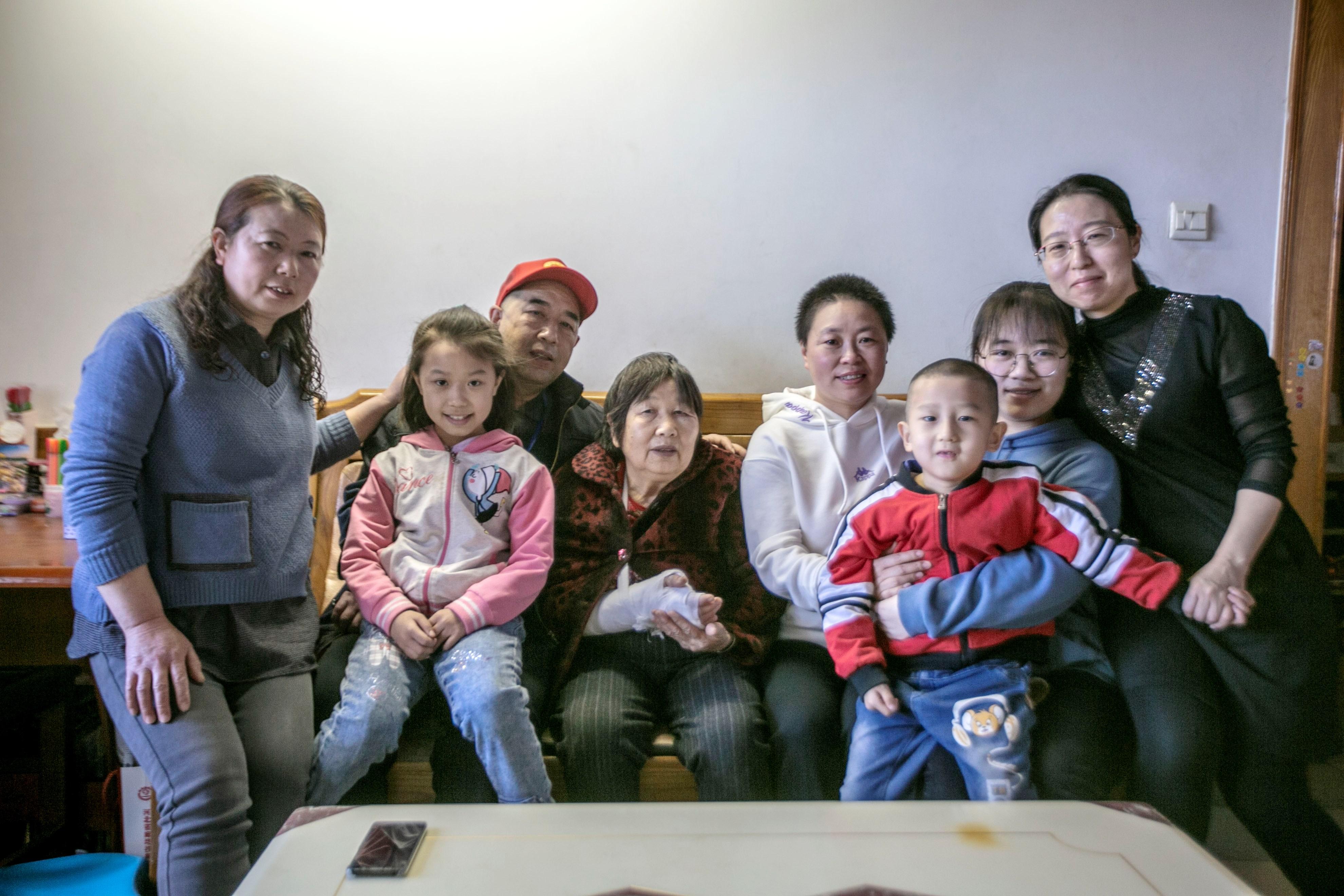 2020年4月3日,胡波解除医学隔离回家,摄影记者到家里跟拍的团聚照片(母亲帮做家务时摔骨折,父亲因疫情在家乡至今未能过来团聚,在富士康打工的妹妹、弟媳和侄子).jpg
