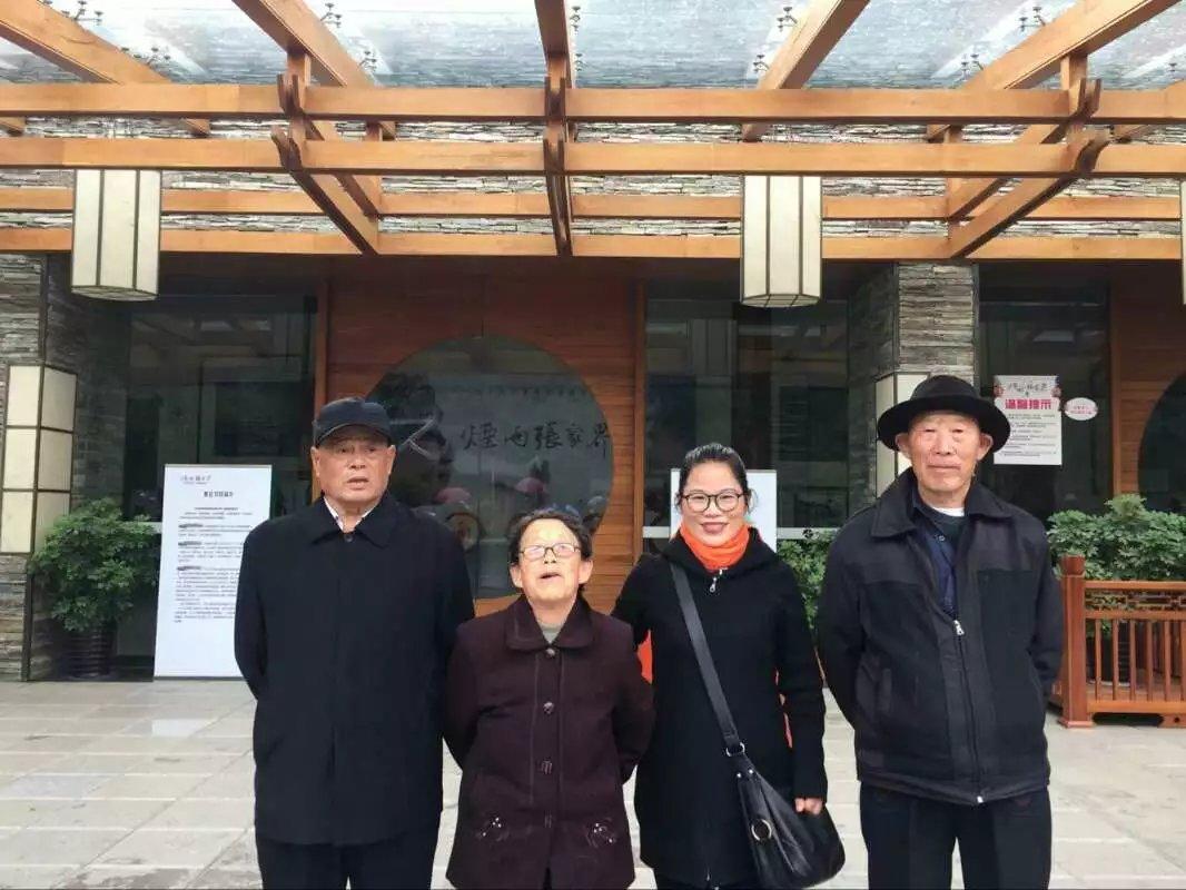 陆晓玲带着三位老人游张家界.jpg