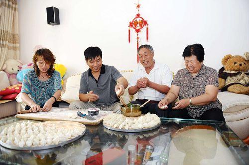星期天,王腊旭夫妇跟老人一起包饺子.JPG