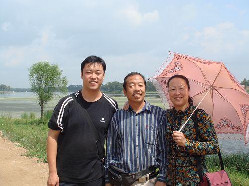 2007.8李保国一家人合影.JPG