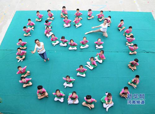6月3日,河南省温县县直幼儿园的小朋友在拍摄创意毕业照.徐宏星 摄图片