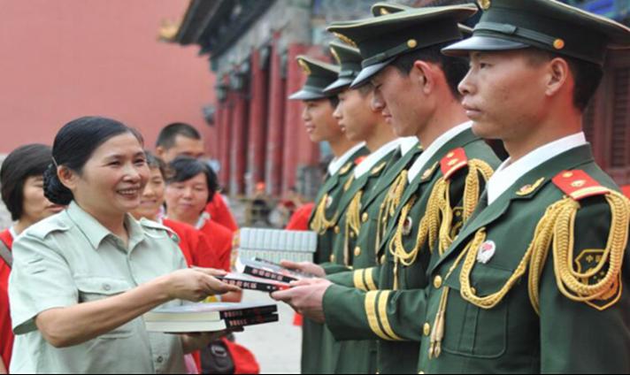 赠给北京国旗护卫队的书(左一).png