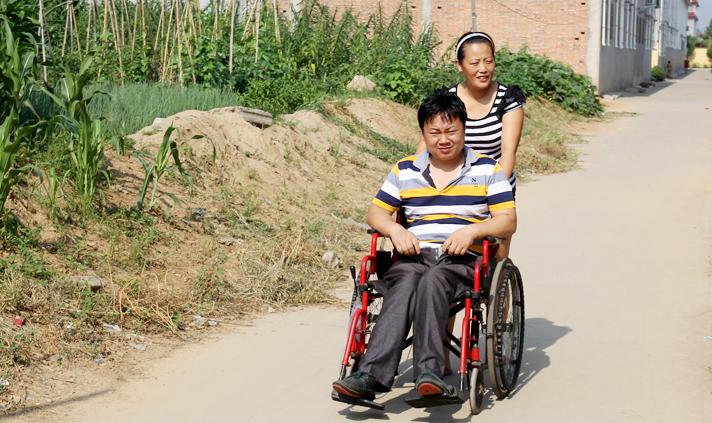 黄小朋一边鼓励丈夫坚强起来,一边坚持经常为他按摩下肢,鼓励他锻炼身体。.jpg