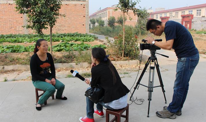 2015年10月,河南电视台采访拍摄乡村好媳妇黄小朋。.jpg