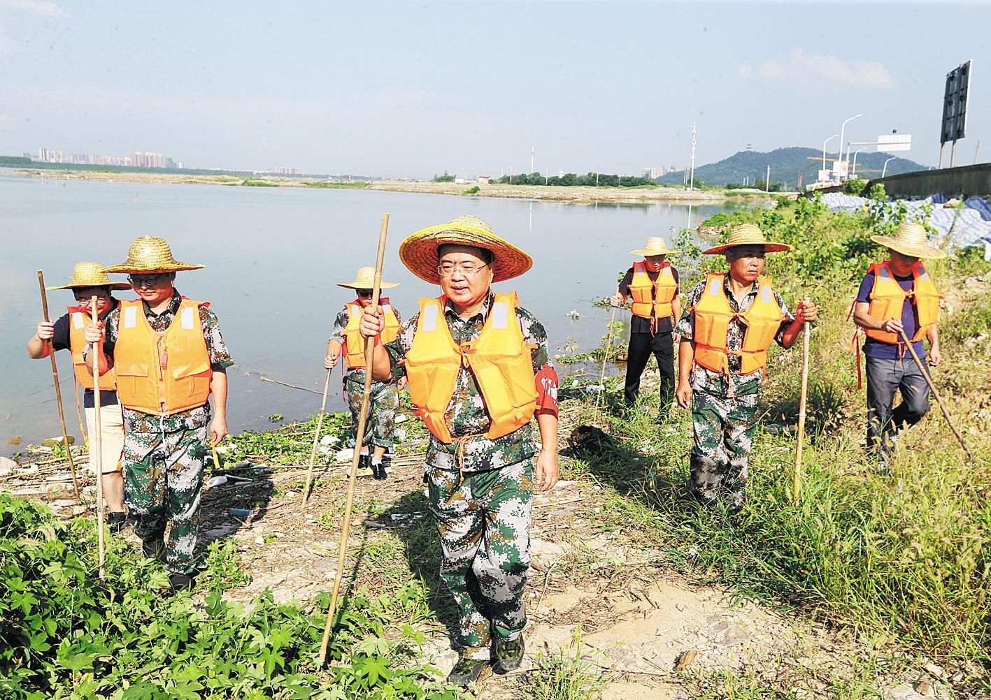 退役军人坚守长江干堤防汛岗位