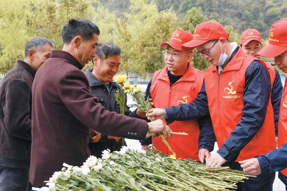 竹山:鲜花赠给祭祀者 文明平安过清明