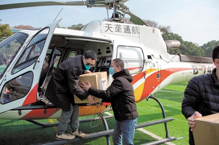 抗疫一线直升机飞行员的故事:穿云破雾 雄鹰起飞急