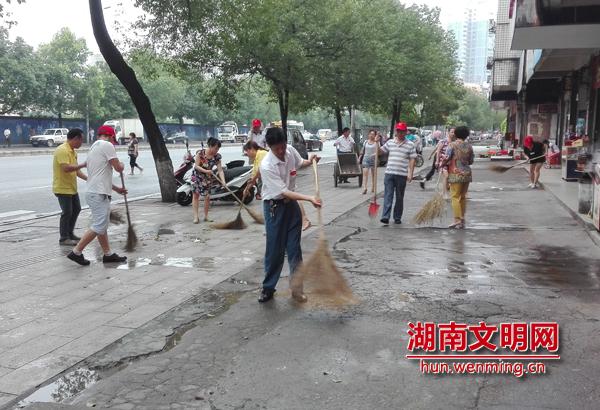 鹤城区迎丰街道府前社区志愿者开展环境卫生大扫除活动