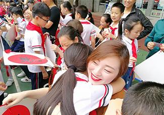 小学生与妈妈深情相拥。图片来源:衡阳文明网.jpg