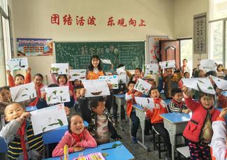 2018年4月3日,殷沙漫下乡前往三所小学教授趣味美术课。图片来源:湖南文明网.png