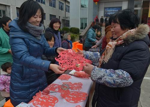 剪窗花:窗花是具有传统民族特色的剪纸活动.