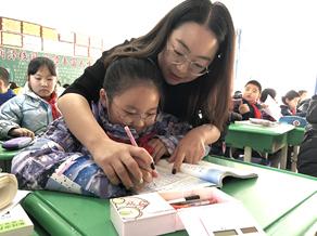 辅导孩子写作业,图片来源:榆林市委文明办_副本.jpg