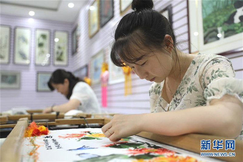 7月29日,妇女在千阳县秀萍刺绣专业合作社内刺绣。_副本.jpg