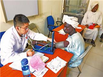 中国第34批援苏丹医疗队的医生正在为当地患者诊疗。    资料照片.jpg