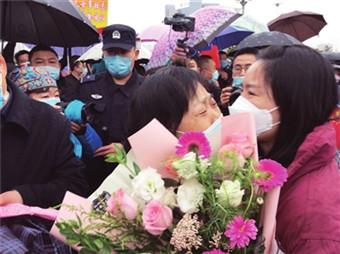 4月2日上午,16名医疗队员回到宝鸡后拥抱久别重逢的亲人 本报记者 王宝存 董毅 摄_副本.jpg