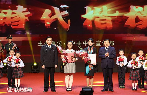 鲁炜、夏崇源向陈清洲颁发奖章和证书。.jpg