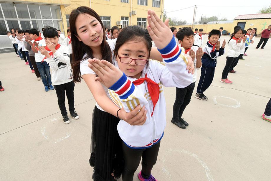 学生操老师视频_河北省文安县滩里镇西滩里小学学生在老师的指导下做\