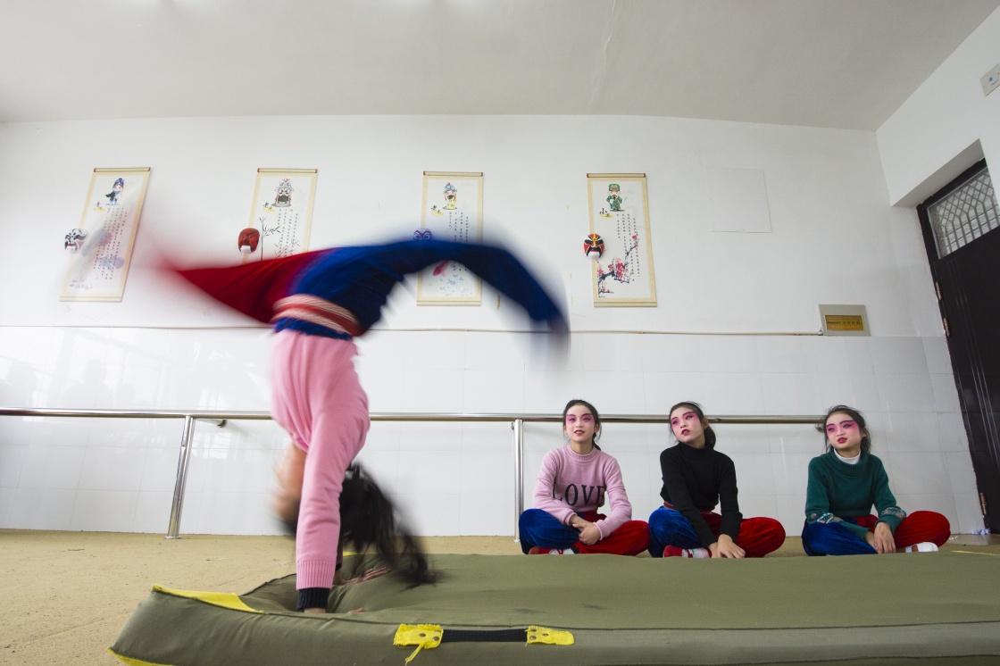 1月5日,在江苏南通海安市城东镇西场小学,学生在练习京剧基本功.