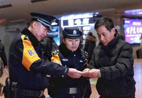 1月1日,北京西站派出所执勤民警在北京西站引导旅客候车。.jpg