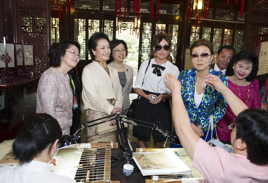 国家领导人夫人共同观看中国非物质文化遗产展示和文艺演出.图片
