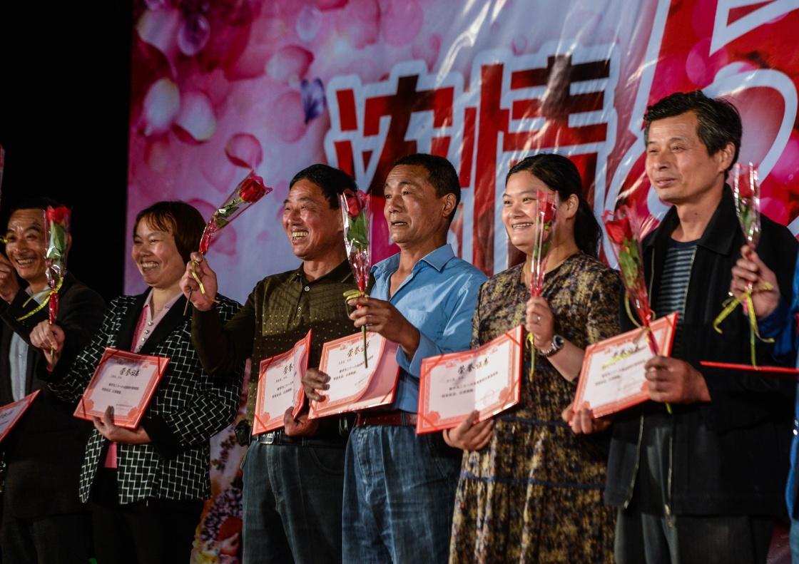 感动:浙江桐乡乡村里的村民道德模范颁奖大会