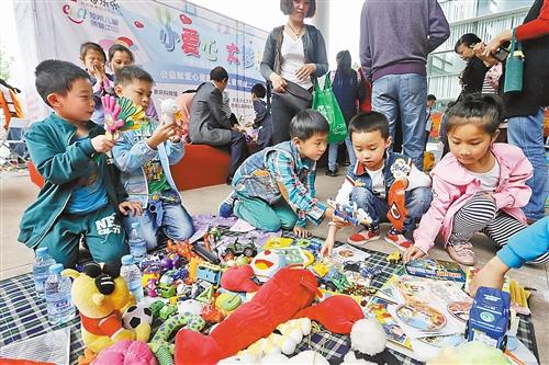"""""""儿童跳蚤市场"""" 募资捐赠山区留守儿童"""