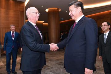 习近平会见世界经济论坛主席施瓦布2.jpg