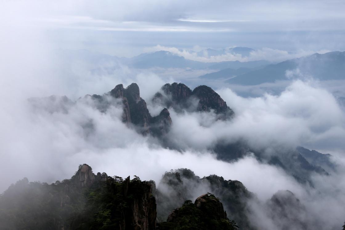 安徽黄山风景区雨后出现云海美景.新华社发(施广德 摄)
