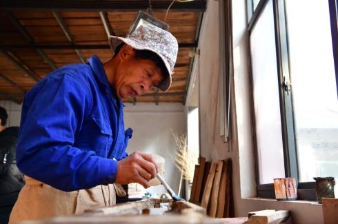 在河南兰考县固阳镇徐场村墨武琴坊,一位工人在生产车间里制作古琴(11月9日摄)。.jpg