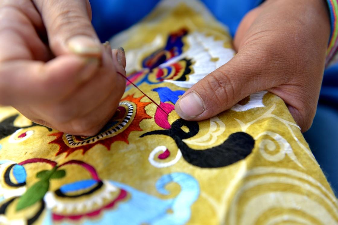 乌吉苗寨村民在刺绣.新华社发(王炳真 摄)-传统 非遗 绘就苗寨新
