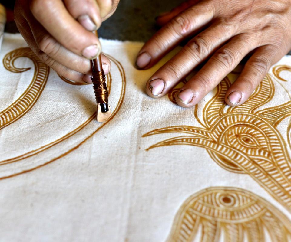 华乡摆贝苗寨,苗族妇女在蜡染刺绣作坊里画蜡. 新华社发 王炳真 图片