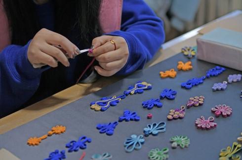 11月23日,盛京满绣工作室工艺师正在制作旗袍上的扣子。.jpg