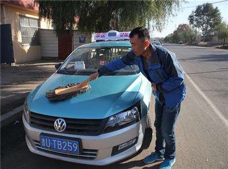 黑廷政擦洗车辆准备一天的工作,虽然工作辛苦,但他觉得一切都值得_副本.jpg