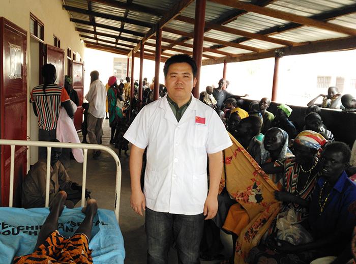 南苏丹总统家乡所在州立医院外等待针灸的病患排起了长队.jpg