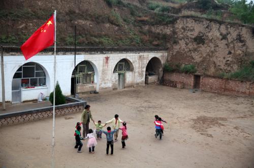杨老师和孩子们在一起享受他们的快乐时光.jpg