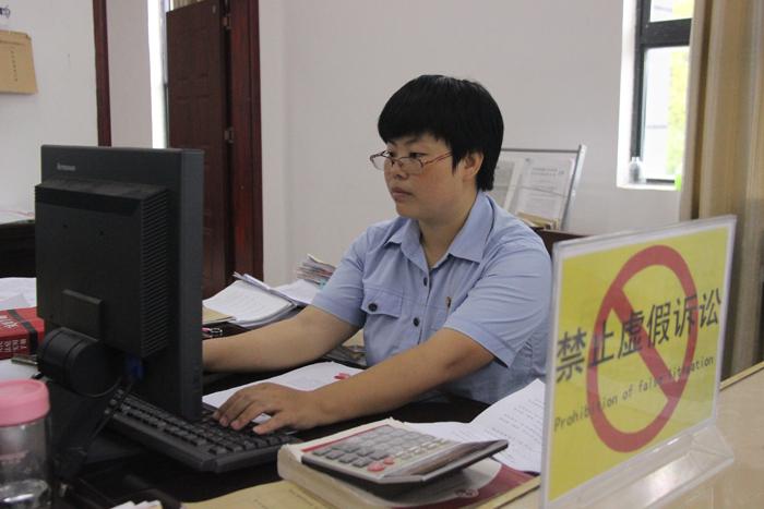 图为:刘仙在工作中(望谟县文明办)-小.jpg
